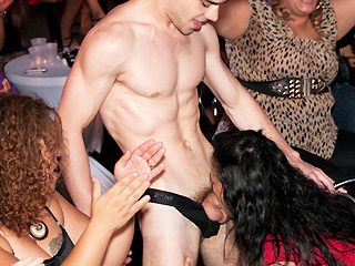 There were so many horny women at this club!